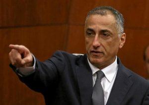 محافظ البنك المركزي المصري طارق عامر يتحدث خلال مؤتمر صحفي في القاهرة يوم الخميس. تصوير: محمد عبد الغني - رويترز.